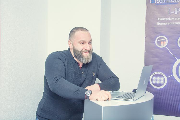 стоматолог Макаренко Максим